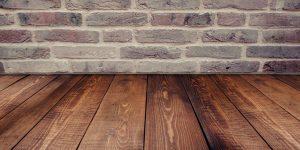 petsiä puulattalla lattiapinnoitteena