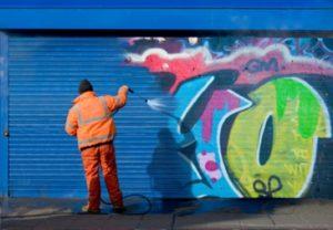 graffitin poisto ammattilaisen tekemänä graffitinpoistoaineella