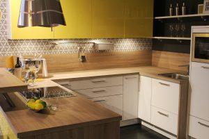 puun jauhemaalaus mahdoliistanut keittiönkaappien tasaisen pinnoituksen