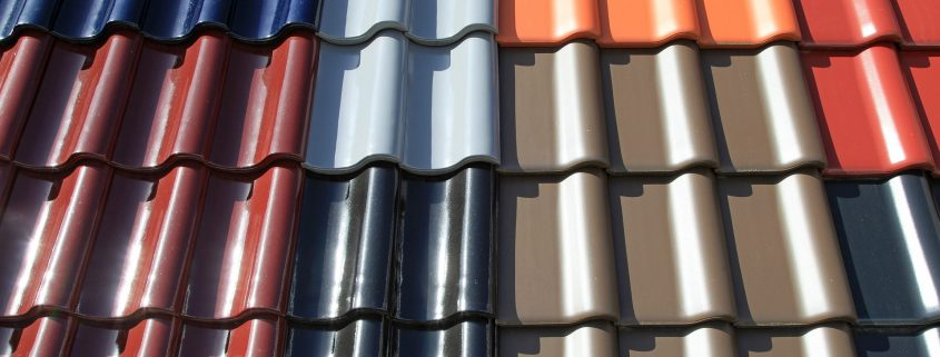 kattopinnoite eri väreissä tiilikatolla