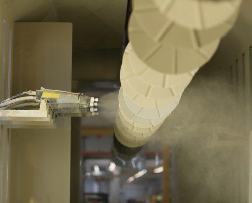 valkoinen polyureapinnoite levitetään metallille automaattisella polyureapinnoitus ruiskulla