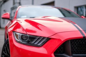 automaalit kuten kumimaali testissä punaisella autolla